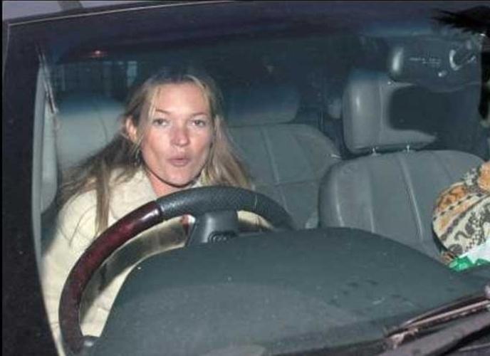 13.mar.2007: Kate Moss ameaça os paparazzi com seu carro e os chama de