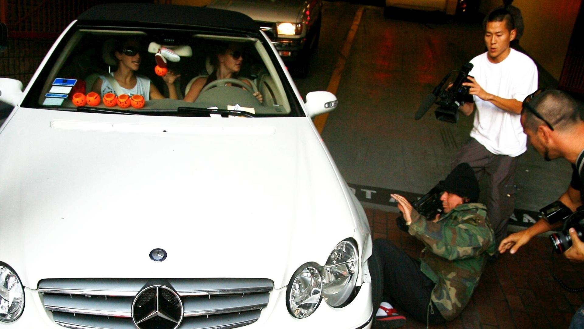 18.out.2007: Britney Spears passa com seu carro por cima do pé de um cinegrafista do TMZ, que se reergueu rapidamente. A cantora ficou assustada e, de acordo com os fotógrafos, começou a chorar