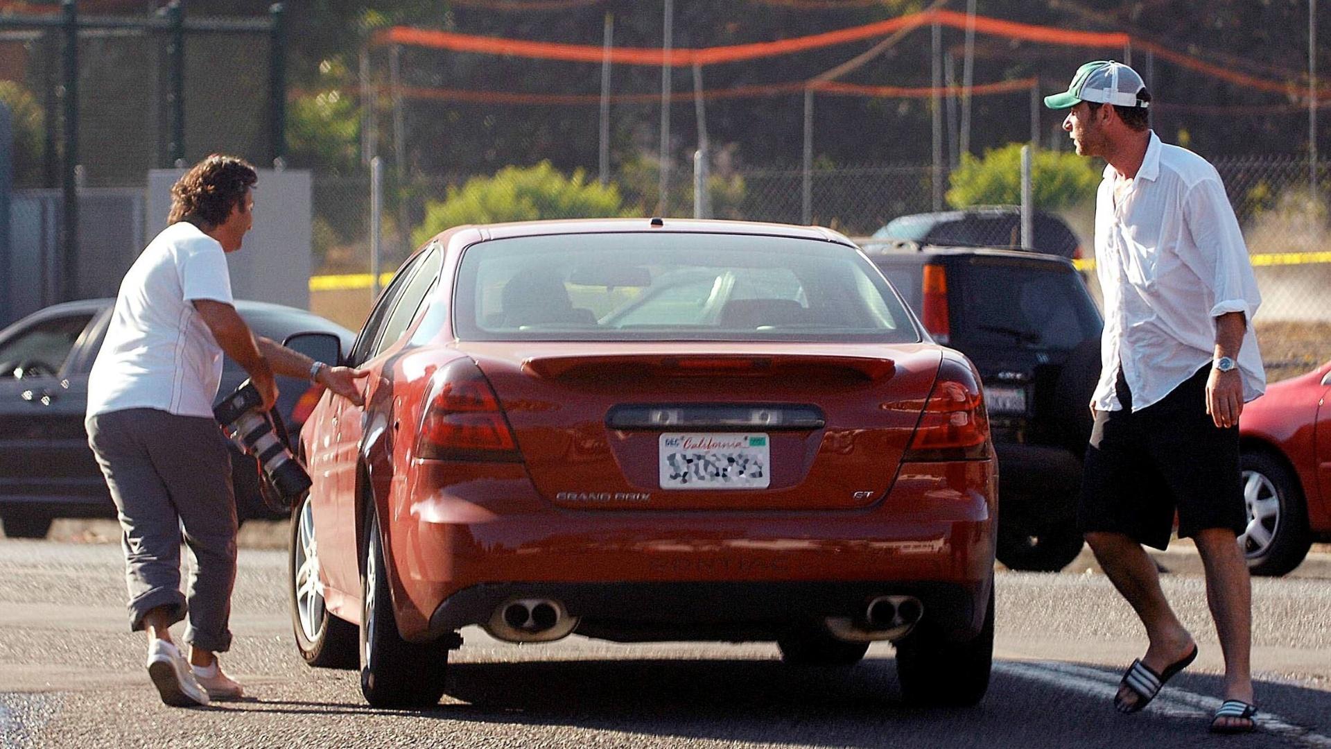 19.out.2007: Após perceber que estava sendo perseguido, o ator Liev Schreiber sai correndo atrás do fotógrafo, que consegue entrar em seu carro antes de ser pego