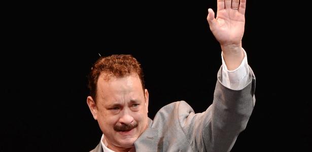 """O ator Tom Hanks acena para a plateia na noite de abertura da peça da Broadway """"Lucky Guy"""" em Nova York. - Stephen Lovekin/Getty Images"""