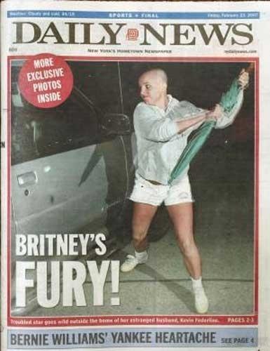 21.fev.2007: Após raspar o cabelo, Britney Spears é perseguida por vários fotógrafos. Irritada, a cantora usa um guarda-chuva e ataca o carro de um deles, estampando a capa dos tabloides