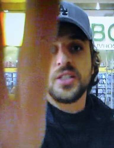 27.jul.2007: O ator Cássio Reis estava brigando com Daniele Winits, sua mulher na época, dentro de um shopping no Rio. Um paparazzi registrava a cena. Quando o ator se deu conta, partiu para cima do fotógrafo para quebrar a câmera