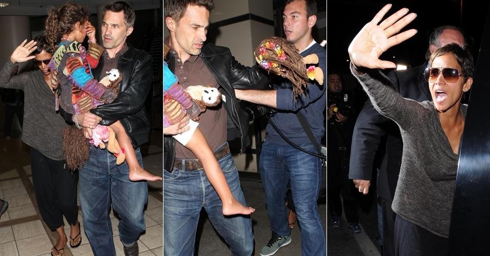 2.abril.2013 - Halle Berry e Olivier Martinez brigam com paparazzi ao desembarcarem no aeroporto de Los Angeles
