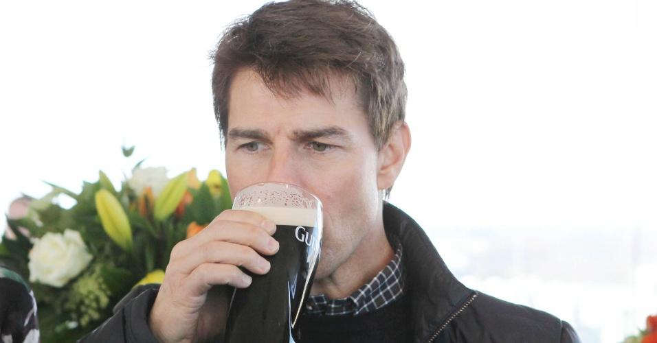 """3.abr.2013: Na Irlanda para divulgar o filme """"Oblivion"""", Tom Cruise aproveita horas de folga para conhecer a fábrica da cerveja Guinness. Lá, ele tirou seu próprio pint para fazer uma degustação"""