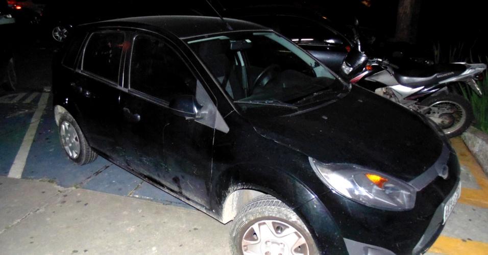 4.abr.2013 - Agentes da Guarda Municipal localizaram na rua Luar do Sertão, em Itapecerica da Serra (SP), o veículo de uma professora que foi encontrada morta com sinais de estrangulamento na noite de terça, no bairro do Jardim Renata