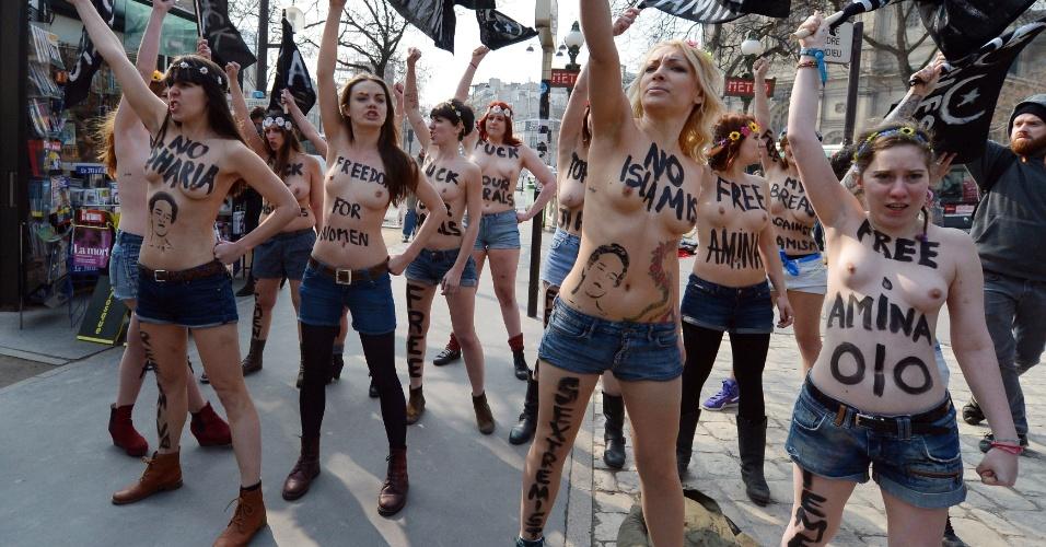 4.abr.2013 - Ativistas do Femen, grupo feminista de origem ucraniana famoso pelo uso de topless em seus protestos, realizam manifestação próximo à embaixada da Tunísia em Paris nesta quinta-feira (4). O Femen fez um chamado para uma série de protestos simultâneos em diversas cidades europeias em apoio à ativista tunisiana conhecida como Amina, que causou escândalo em seu país ao postar fotos suas de topless na internet