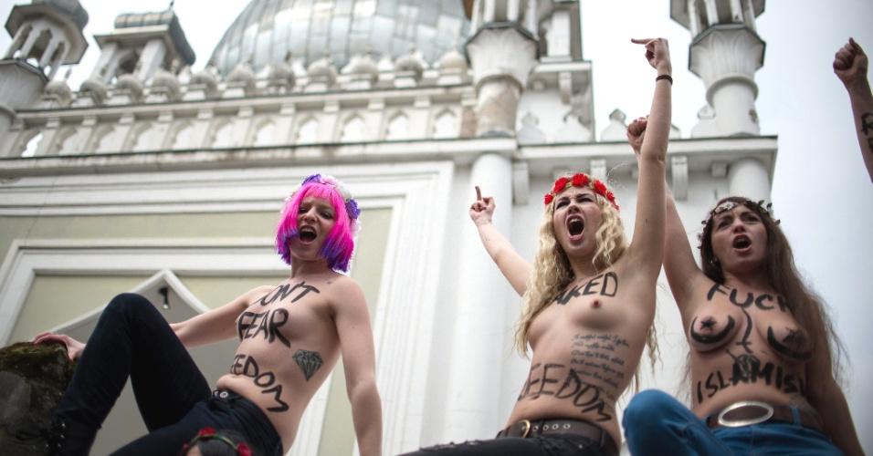 4.abr.2013 - Ativistas do Femen protestaram em frente a mesquita Ahmadiyya, a mais antiga mesquita de Berlim, nesta quinta-feira (4). O Femen fez um chamado para uma série de protestos simultâneos em diversas cidades europeias em apoio a ativista tunisiana conhecida como Amina, que causou escândalo em seu país ao postar fotos suas de topless na internet