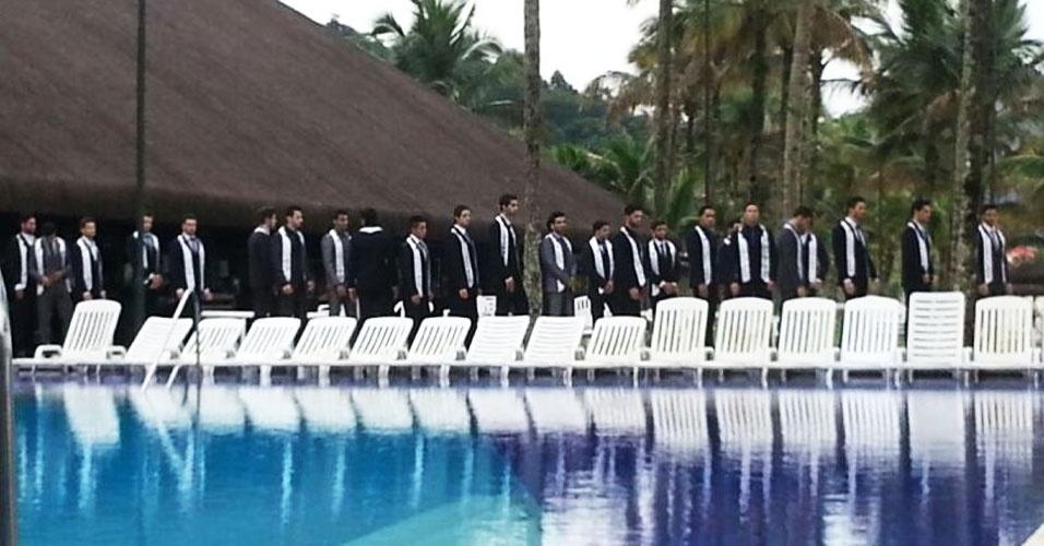 4.abr.2013 - Candidatos desfilam em traje de gala durante prova do Mister Brasil 2013