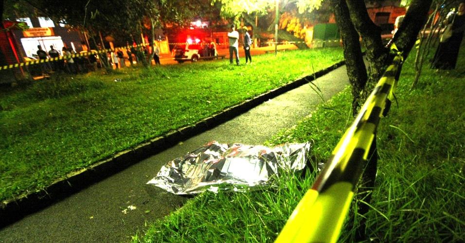 4.abr.2013 - Corpo de um jovem foi encontrado na avenida João de Andrade, em frente ao cemitério municipal do Jardim Santo Antônio, em Osasco, na Grande São Paulo. A polícia acredita que o jovem tenha sido vítima de latrocínio, roubo seguido de morte