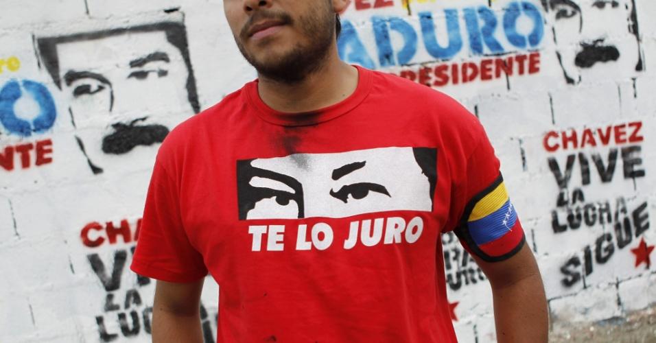 4.abr.2013 - Eleitor de Nicolás Maduro, presidente em exercício e candidato às eleições de 14 de abril na Venezuela, homenageia Hugo Chávez durante comício de campanha em São Carlos, no Estado de Cojedes, na Venezuela, nesta quinta-feira (4). A oposição venezuelana questionou a segurança do processo eleitoral, ao denunciar que uma das senhas de acesso para iniciar as urnas eletrônicas teria caído nas mãos de um técnico do PSUV (Partido Socialista Unido de Venezuela), do candidato governista, o que foi contestado por Maduro