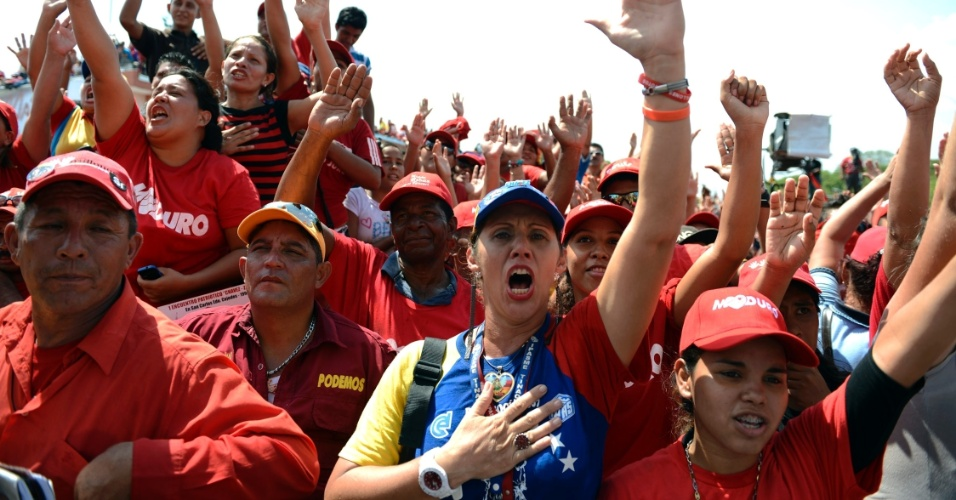 4.abr.2013 - Eleitores de Nicolás Maduro, presidente em exercício e candidato às eleições de 14 de abril na Venezuela, cantam durante comício de campanha em São Carlos, no Estado de Cojedes, na Venezuela, nesta quinta-feira (4). A oposição venezuelana questionou a segurança do processo eleitoral, ao denunciar que uma das senhas de acesso para iniciar as urnas eletrônicas teria caído nas mãos de um técnico do PSUV (Partido Socialista Unido de Venezuela), do candidato governista, o que foi contestado por Maduro
