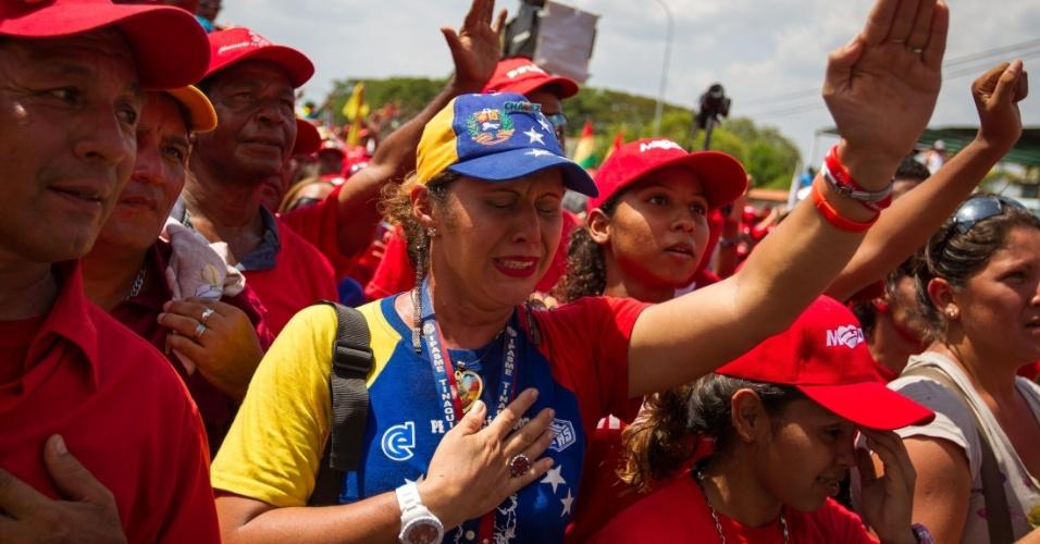 4.abr.2013 - Eleitores de Nicolás Maduro, presidente em exercício e candidato às eleições de 14 de abril na Venezuela, se emociam durante comício de campanha em São Carlos, no Estado de Cojedes, na Venezuela, nesta quinta-feira (4). A oposição venezuelana questionou a segurança do processo eleitoral, ao denunciar que uma das senhas de acesso para iniciar as urnas eletrônicas teria caído nas mãos de um técnico do PSUV (Partido Socialista Unido de Venezuela), do candidato governista, o que foi contestado por Maduro