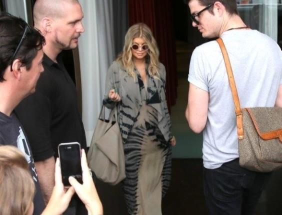 4.abr.2013 - Fergie deixou o hotel onde está hospedada na zona sul do Rio. Grávida, a cantora foi tietada