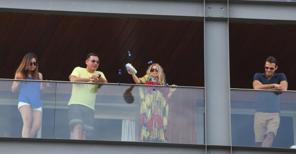 4.abr.2013 - Fergie joga bombons de chocolate para seus fãs no hotel Fasano, no Rio de Janeiro