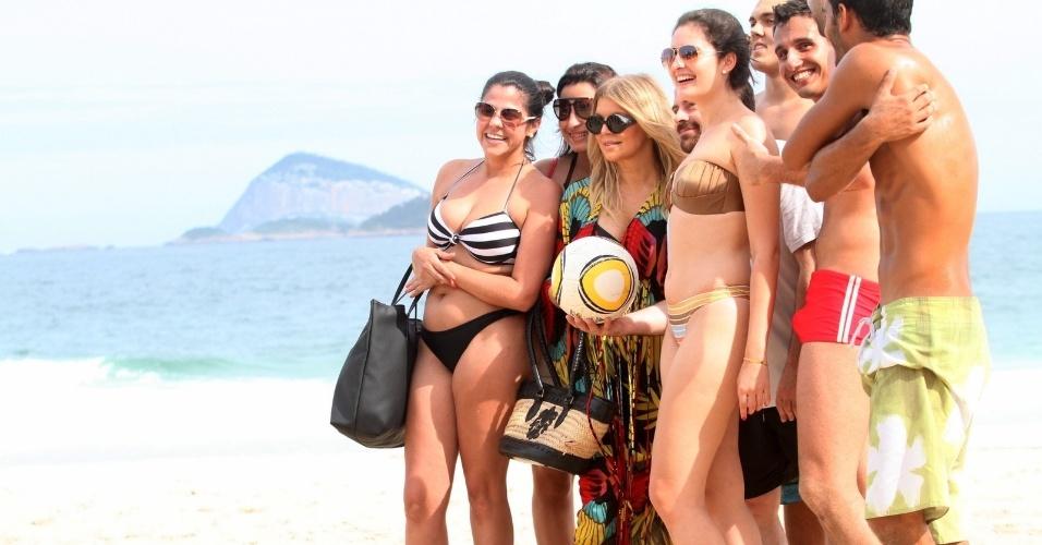 4.abr.2013 - Fergie passeou pela praia de Ipanema, zona sul do Rio. Grávida, a cantora posou para fotos com os fãs