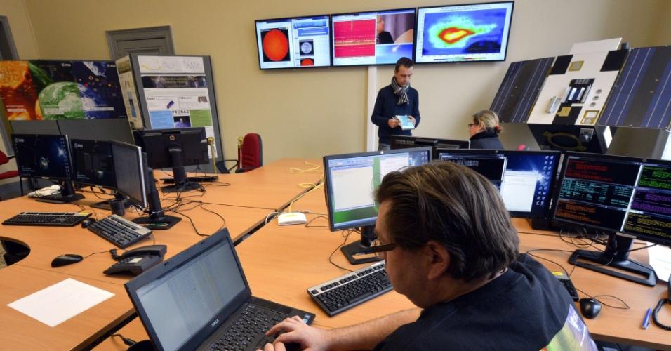 4.abr.2013 - Funcionários trabalham no novo centro de meteorologia espacial europeu, inaugurado na Bélgica. Financiado pela Agência Espacial Europeia (ESA, na sigla em inglês), o centro  usará observações de dezenas de universidades, institutos de pesquisa e empresas privadas para vigiar as tempestades solares que podem queimar satélites