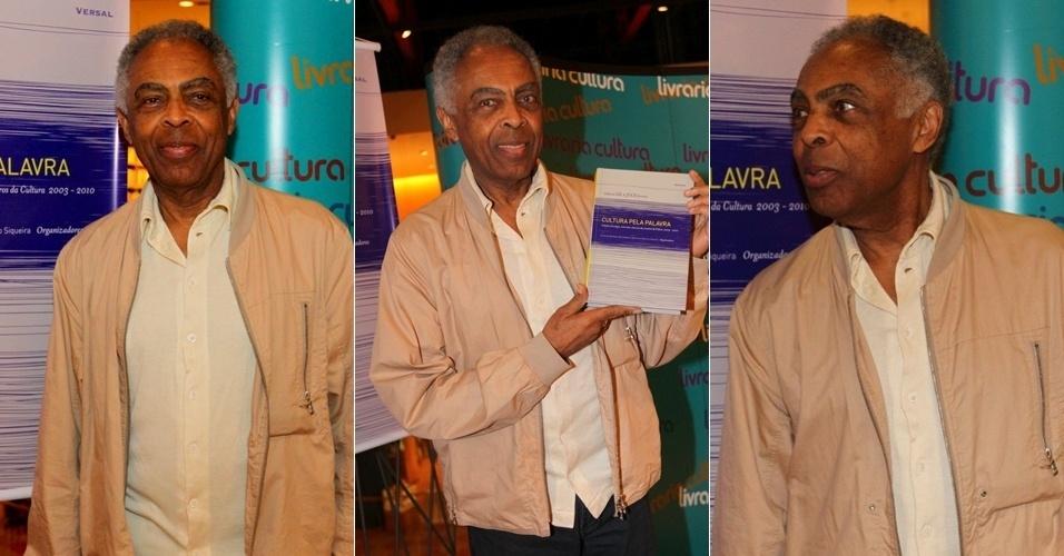 """4.abr.2013 - Gilberto Gil lança em São Paulo o livro """"Cultura Pela Palavra"""", que escreveu com Juca Ferreira"""