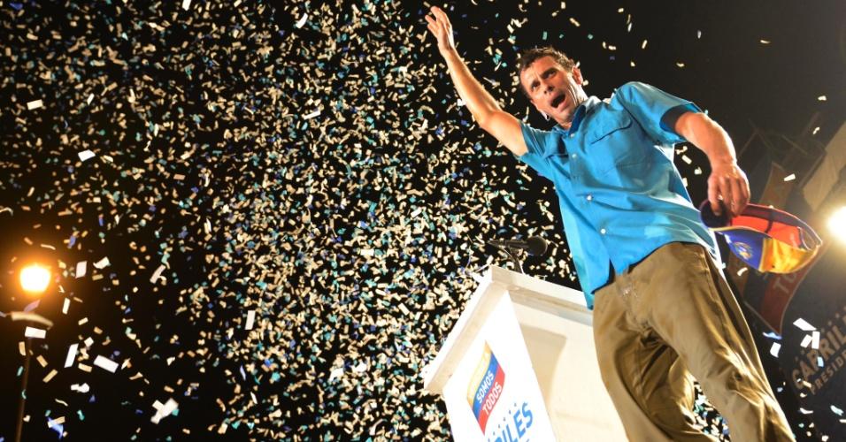 """4.abr.2013 - Henrique Capriles, candidato da oposição nas eleições presidenciais de 14 de abril na Venezuela, discursa em comício realizado na cidade de Maracay, no norte do país. Ele pediu apoio de empresários internacionais para """"quando o governo mudar"""": """"Aproveito esta visita para dizer aos investidores, que veem na Venezuela um país com grande potencial, que no momento em que o governo mudar invistam em nossa Venezuela, em Margarita"""", disse Capriles"""
