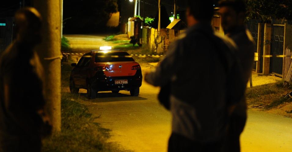 4.abr.2013 - Homem foi encontrado morto na zona norte de Porto Alegre após roubar um taxista. O taxista contou à polícia que o suspeito entrou no carro e, ao final da corrida, anunciou o assalto. Após roubar um GPS, celular e dinheiro, ele fugiu correndo a pé