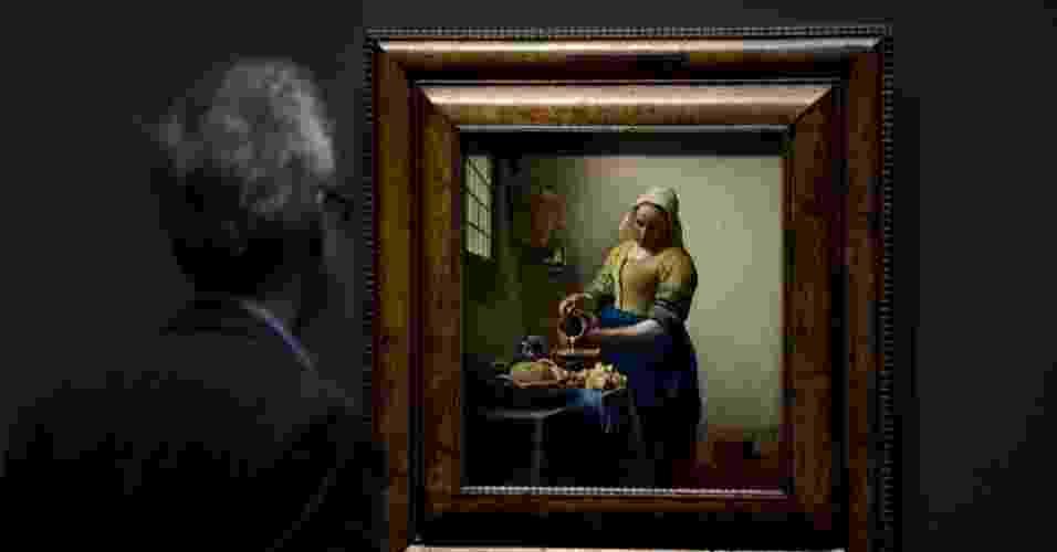 """4.abr.2013 - Homem observa o óleo """"A Leiteira"""", de Johannes Vermeer, de aproximadamente 1660, durante prévia para a imprensa do renovado Rijkmuseum, em Amsterdã. O museu está se preparando para reabrir ao público geral no dia 13 de abril - AP Photo/Peter Dejong"""