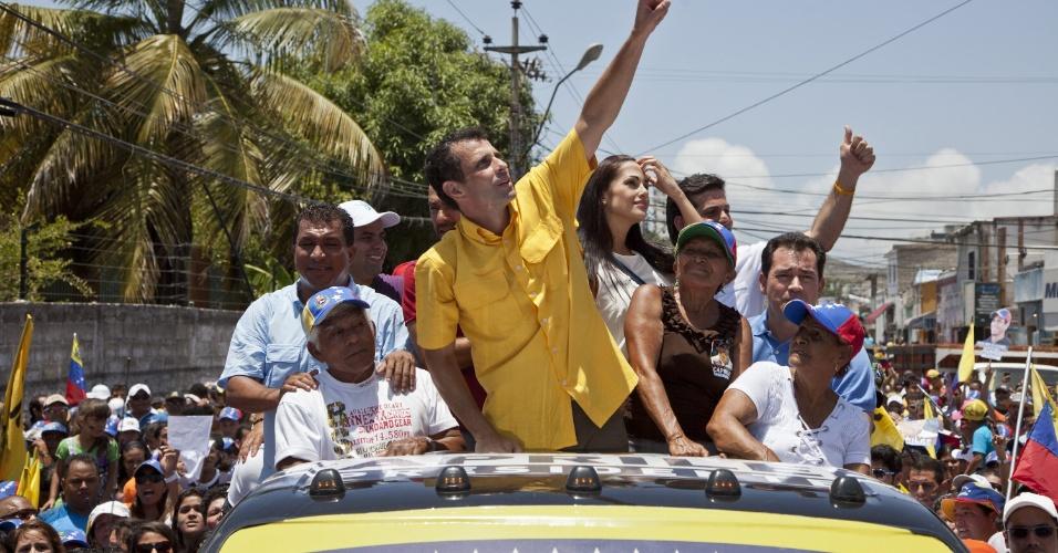 4.abr.2013 - O candidato da oposição às eleições de 14 de abril na Venezuela, Henrique Capriles, faz gesto para eleitores durante campanha em Porlamar, no Estado de Nueva Esparta, nesta quinta-feira (4). A oposição venezuelana questionou a segurança do processo eleitoral, ao denunciar que uma das senhas de acesso para iniciar as urnas eletrônicas teria caído nas mãos de um técnico do PSUV (Partido Socialista Unido de Venezuela), do candidato governista