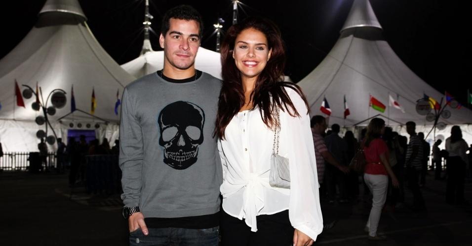 4.abr.2013 - O casal de atores Thiago Martins e Paloma Bernardi chega para assistir ao espetáculo Corteo, do Cirque du Soleil, no Parque Villa-Lobos, em São Paulo