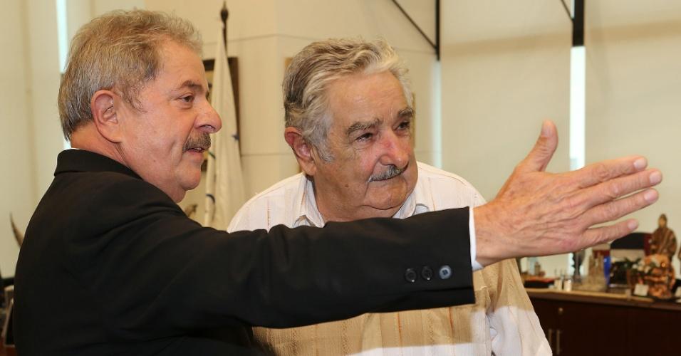 """4.abr.2013 - O ex-presidente Luiz Inácio Lula da Silva (à esq.) e o presidente do Uruguai, José """"Pepe"""" Mujica (à dir.) conversam na sede administrativa do governo do Uruguai, nesta quinta-feira (4). No fim da tarde, os dois participam do debate """"Transformações em risco? Perspectivas e tensões do progressismo na América Latina"""", na sede do Mercosul, em Montevidéu"""