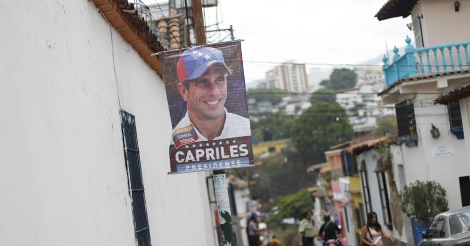 4.abr.2013 - Pôster do candidato da oposição às eleições de 14 de abril na Venezuela, Henrique Capriles, nas ruas de Porlamar, no Estado de Nueva Esparta, onde o candidato fez campanha nesta quinta-feira (4). A oposição venezuelana questionou a segurança do processo eleitoral, ao denunciar que uma das senhas de acesso para iniciar as urnas eletrônicas teria caído nas mãos de um técnico do PSUV (Partido Socialista Unido de Venezuela), do candidato governista, o que foi contestado por Maduro
