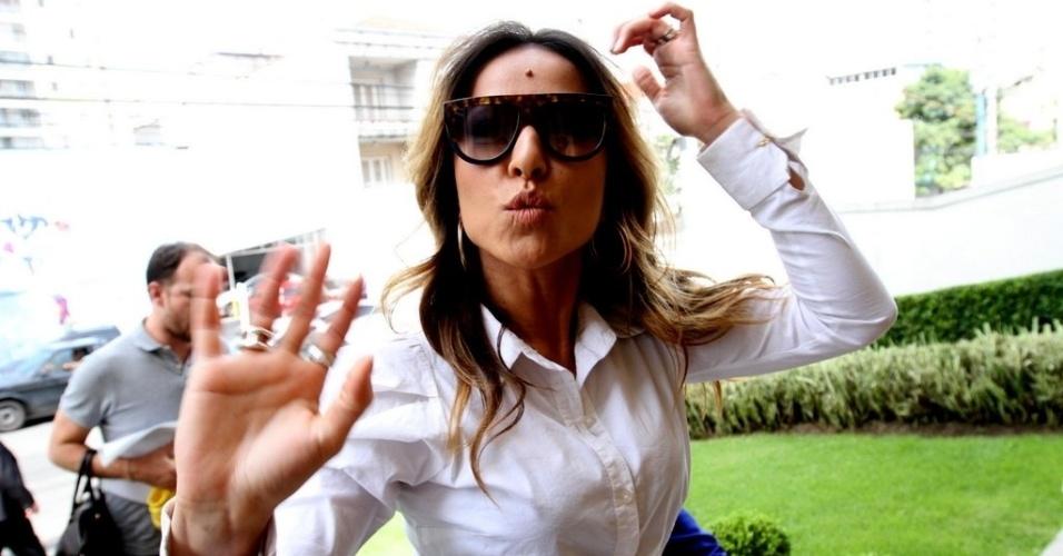 4.abr.2013: A miss simpatia Sabrina Sato acena e manda beijos enquanto chega a um evento promocional em São Paulo. A apresentadora