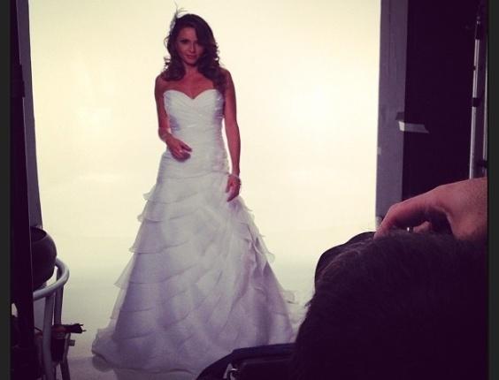4.abri.2013- Rita Guedes posta uma foto vestida de noiva para a capa de uma revista