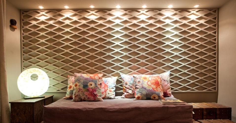 Para a parede do quarto do casal, as designers de interiores Ana Karina Chaves e Klazina Norden, da AKinteriores, criaram um painel de cobogó, peça vazada de construção, feita de gesso e pintada
