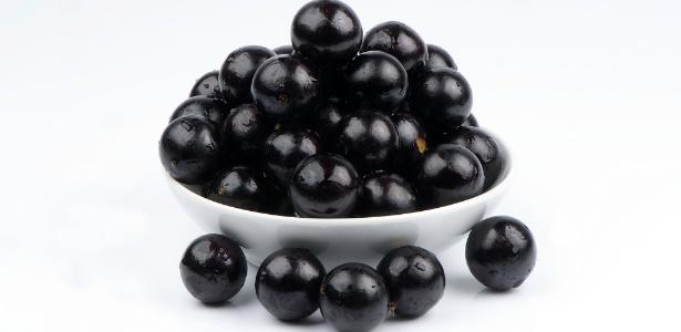 A casca da jabuticaba é rica em compostos fenólicos, que dão a tonalidade escura à fruta e atuam diretamente em duas etapas do desenvolvimento de células do câncer