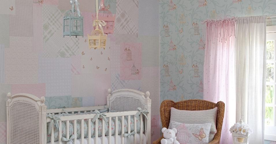 Para decorar o quarto de bebê, a designer Vanessa Guimarães criou um patchwork com papéis de parede da coleção Infantário, da Bobinex,  na parede (à esq.)