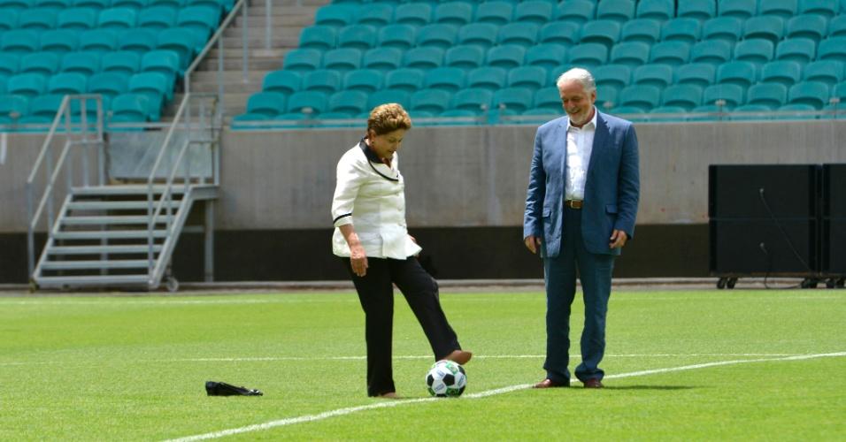 05.abr.2013 - A presidente Dilma Rousseff tirou seu sapato para dar o pontapé inicial da Arena Fonte Nova, a qual inaugurou nesta sexta-feira