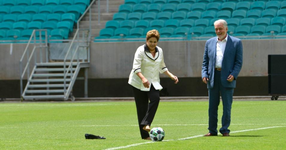05.abr.2013 - De perna esquerda, a presidente Dilma Rousseff da o pontapé inicial da Arena Fonte Nova, uma das sedes da Copa do Mundo de 2014