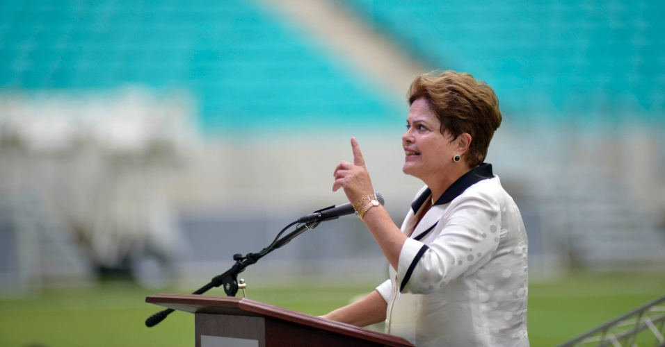 05.abr.2013 - Dilma Rousseff discursa na inauguração da Arena Fonte Nova, uma das sedes da Copa do Mundo de 2014