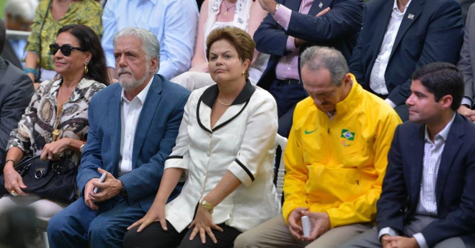 05.abr.2013 - Dilma Rousseff senta durante a inauguração da Arena Fonte Nova ladeada pelo governado da Bahia, Jaques Wagner, e pelo Ministro do Esporte, Aldo Rebelo