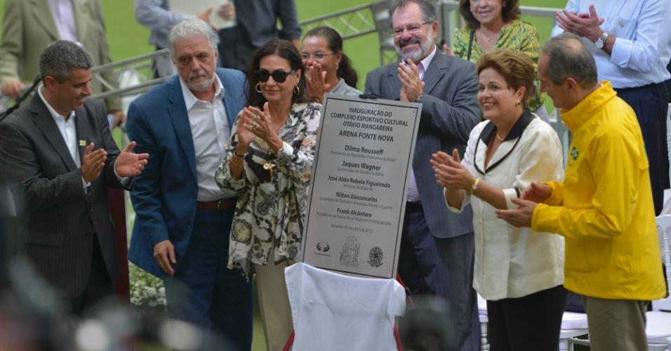 05.abr.2013 - Placa marca a inauguração da Arena Fonte Nova com o nome das autoridades participantes do evento
