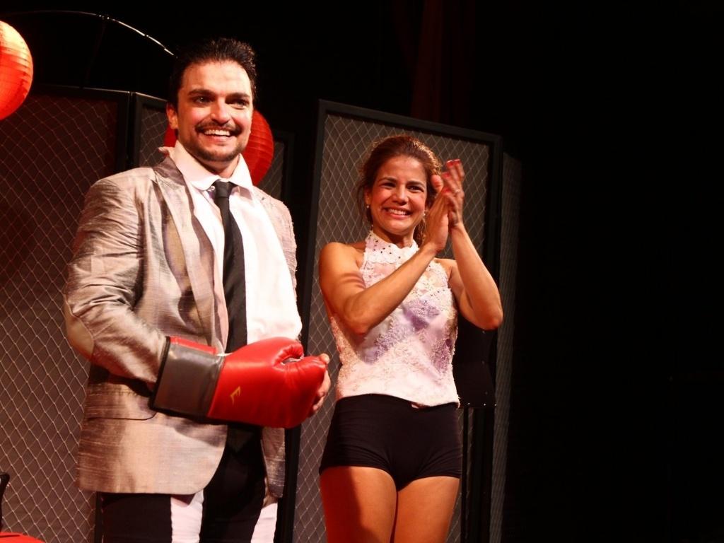 4.abr.2013 - Nívea Stelmann é aplaudida com Maurício Machado após estréia da peça