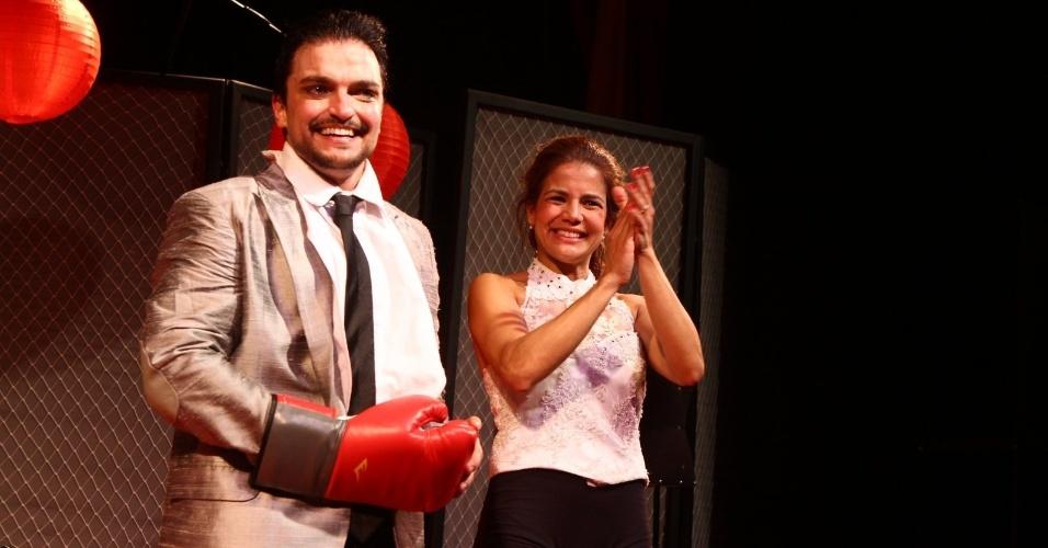 """4.abr.2013 - Nívea Stelmann é aplaudida com Maurício Machado após estréia da peça """"Batalha de arroz num Ringue para Dois"""" no Teatro Vanucci, no Rio de Janeiro"""