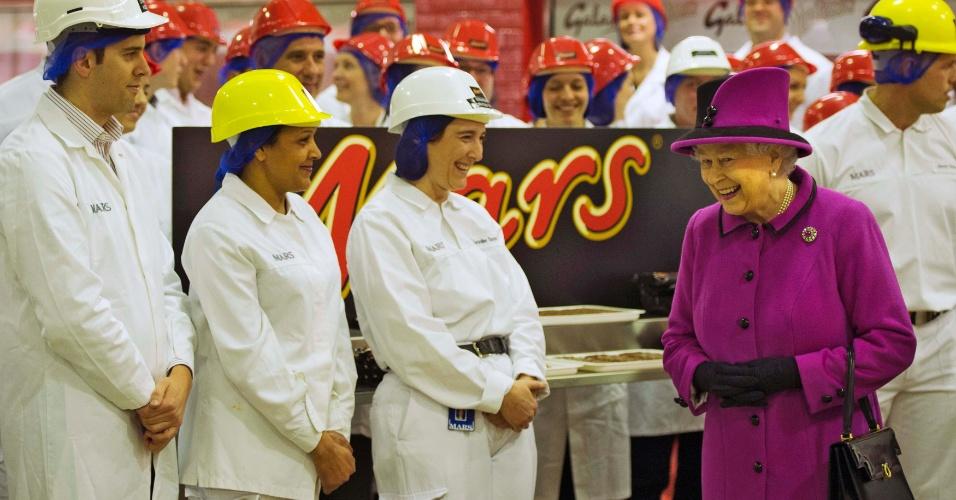 5.abr.2013 - A rainha Elizabeth 2ª visita fábrica de chocolates Mars, em Slough, na Inglaterra, nesta sexta-feira (5)
