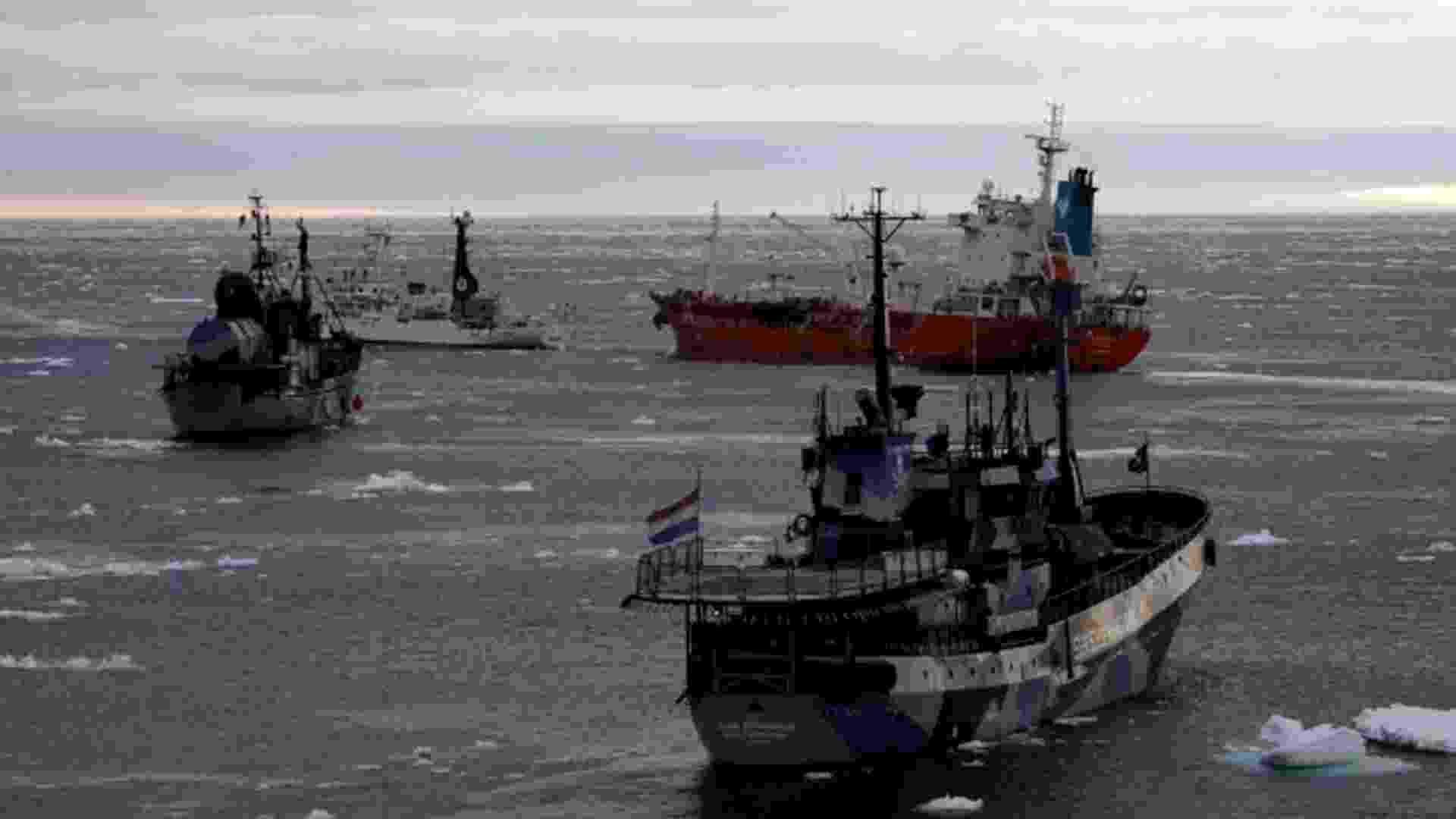 5.abr.2013 - Abril - Barcos da ONG Sea Sheperd cercam navio-tanque da frota baleeira japonesa (laranja) no oceano Antártico, em fevereiro de 2013. O Japão encerrou a temporada de caça às baleias com a captura de 103 baleias rorquais, a menor taxa desde 1987 - The Institute of Cetacean Research/AFP