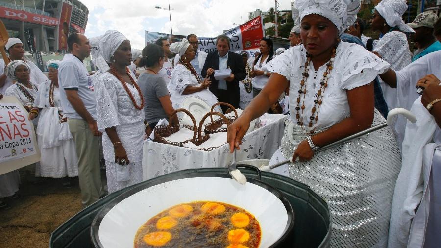 Baianas vendem acarajé em frente à Arena Fonte Nova em Salvador - Marco Aurélio Martins/A Tarde/Futura Press