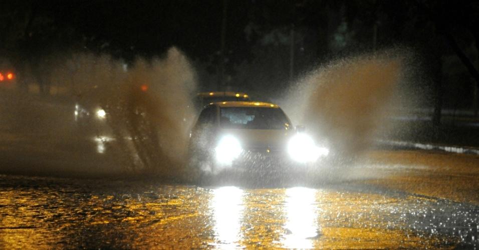 5.abr.2013 - Carro cruza ponto de alagamento causado pela forte chuva que atinge a cidade de Florianópolis na madrugada desta sexta-feira (5)