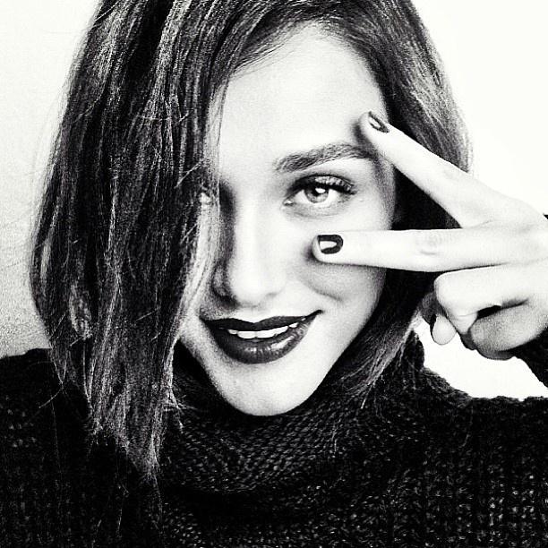 """5.abr.2013 - Débora Nascimento aparece com cabelos curtos e lisos em foto divulgada em suas redes sociais. A atriz está no ar atualmente na novela """"Flor do Caribe"""""""