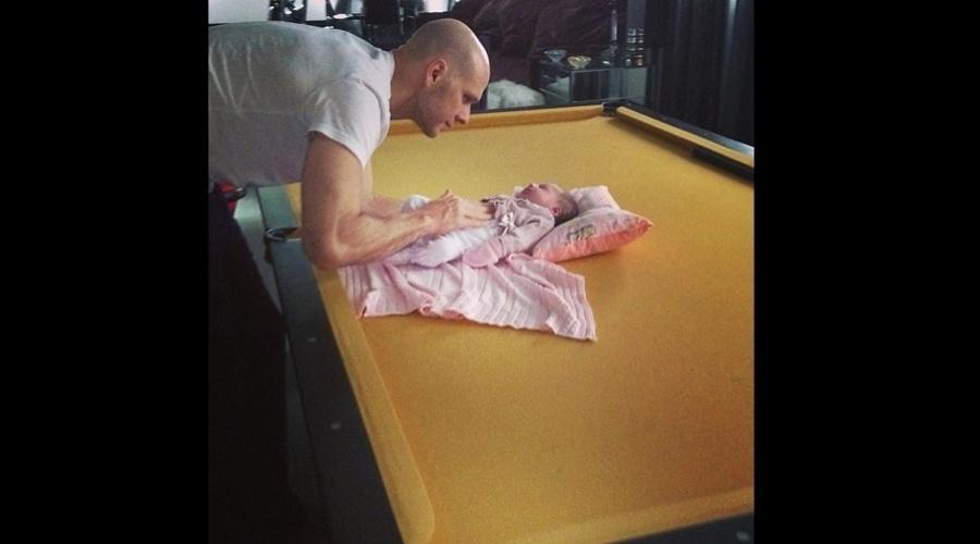 5.abr.2013 - Fernando Scherer divulgou uma imagem onde aparece brincando com a filha, Brenda, em uma mesa de sinuca. A menina é fruto do casamento do ex-nadador com Sheila Mello