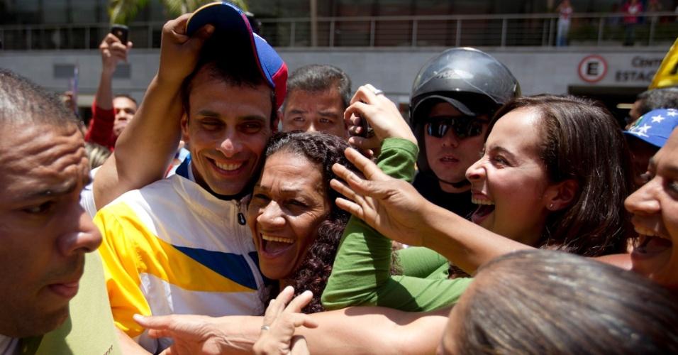 5.abr.2013 - O candidato da oposição à Presidência da Venezuela, Henrique Capriles, é abraçado por apoiadoras ao chegar para evento de campanha em Caracas. Capriles enfrenta nas eleições de 14 de abril o chavista e presidente interino Nicolás Maduro