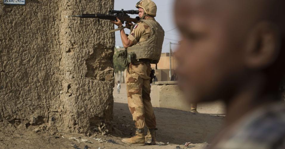 5.abr.2013 - Soldado francês vigia área de Gao, no Mali, nesta sexta-feira (5). A ONU expressou preocupação sobre represália contra membros da etnia tuaregue e árabes por forças internacionais no país. Intervenção militar liderada pela França teve início no começo do ano para conter o avanço de rebeldes islâmicos