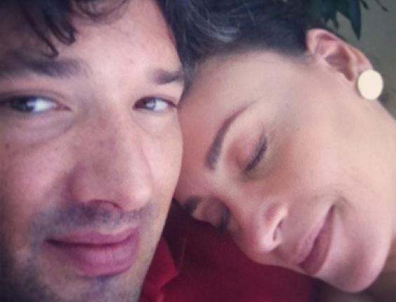"5.abr.2013- Suzana Pires recebe a visita do namorado Diogo Sacco durante as gravações do filme ""Casa Grande"" de Felipe Barbosa"