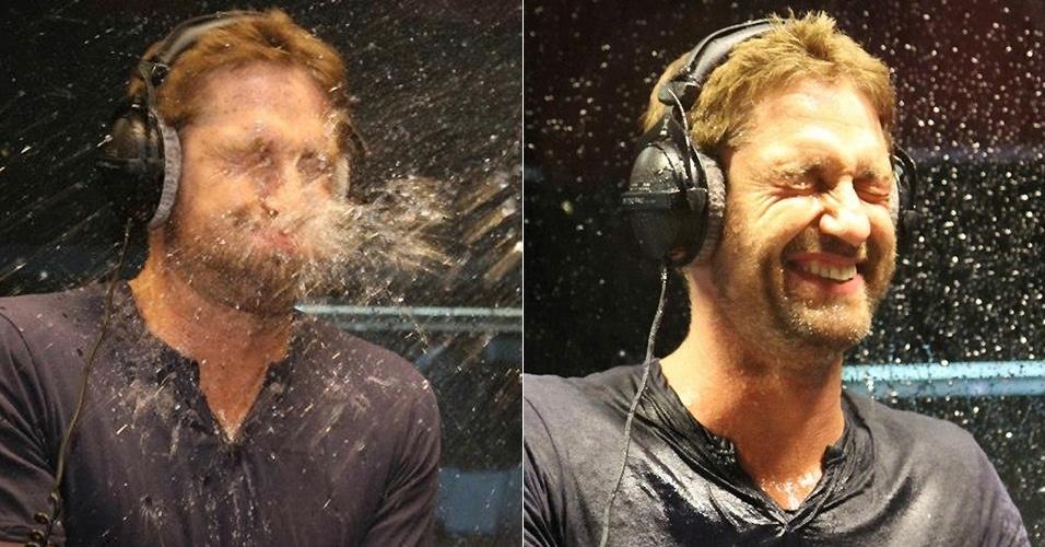 """5.abril.2013 - Gerard Butler cospe água durante uma brincadeira no programa de rádio """"Scott Mills Show"""" na Radio 1, em Londres"""